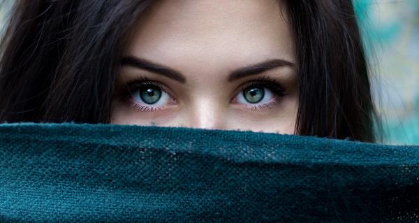 すき間から見る女性